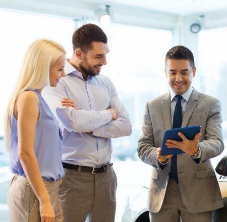vendedor muestra blog en su tablet