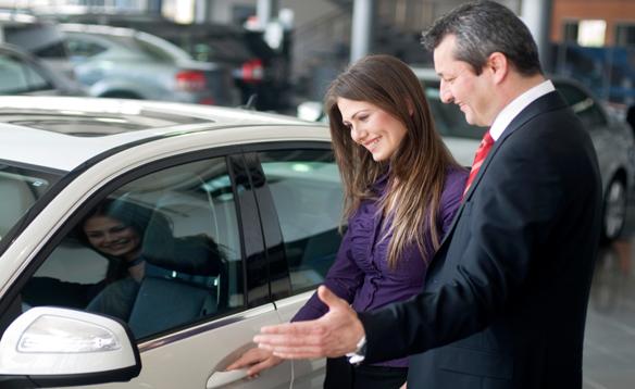 vendedor de coches con una cliente