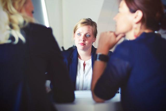 gerente reunido con empleados
